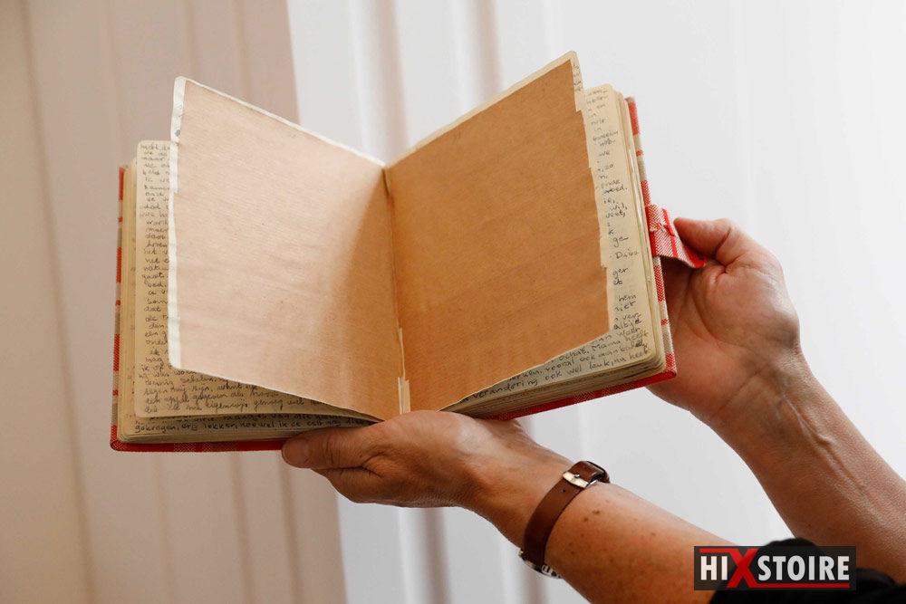 Les deux pages du journal d'Anne Frank recouvertes du papier kraft. EPA/BAS CZERWINSKI