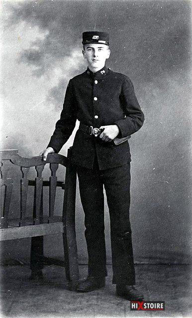 Jeune distributeur de télégramme de la poste britannique, vers 1900
